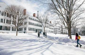 Students walk toward Dartmouth Hall in the snow